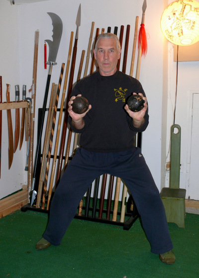 Peter yates demonstrating the Brush Off exercise for grip building